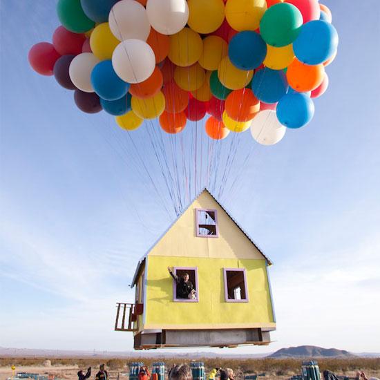 Запуск домика на воздушных шарах.