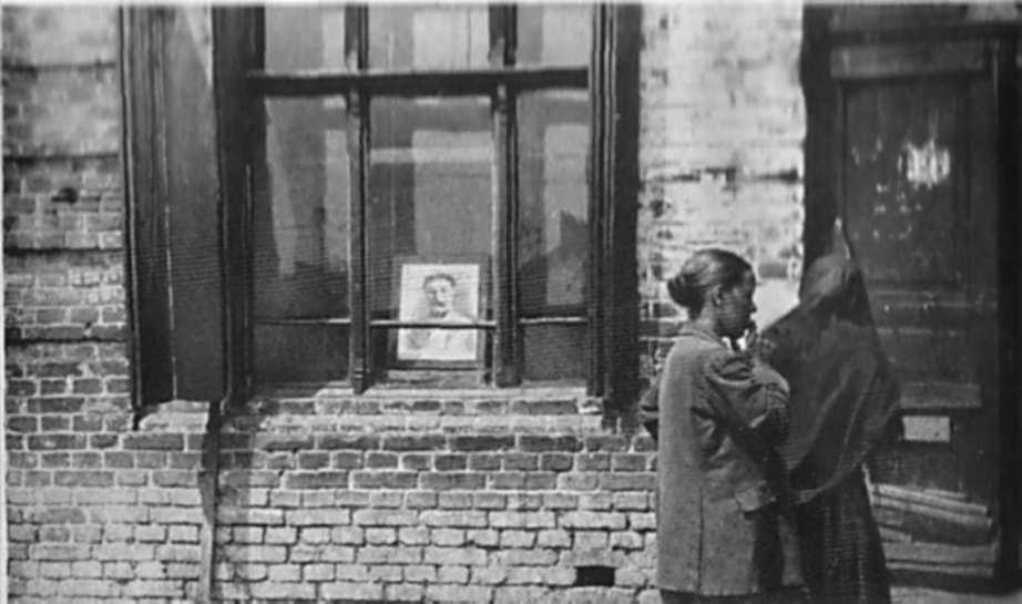 Вікна порожніх їдалень прикрашають тільки картини Сталіна та інших московських правителів
