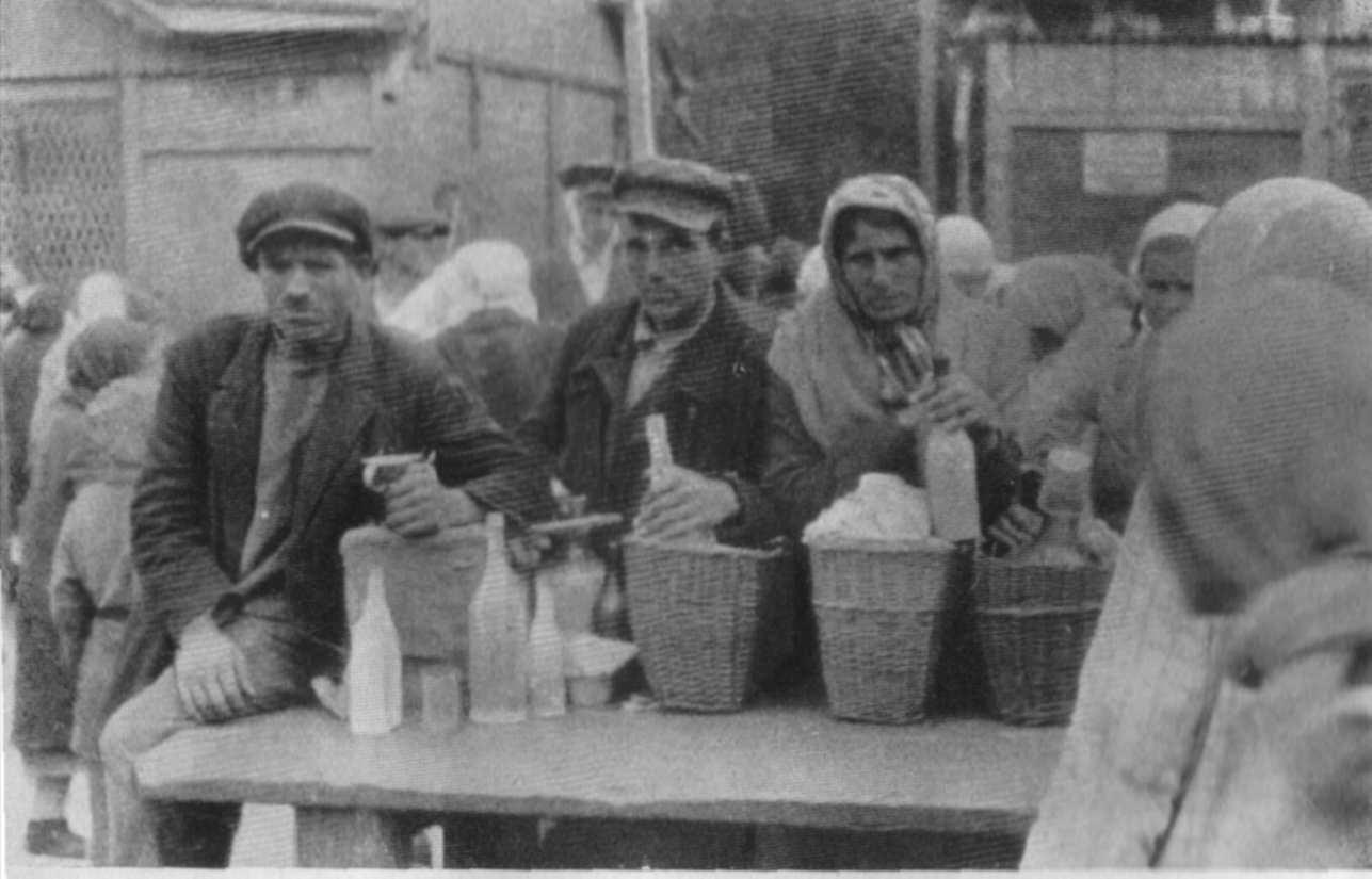 На продовольчому ринку в Харкові: кожна пляшка молока, яку відчайдушно захищають, являє собою цінне володіння у вільній торгівлі ..