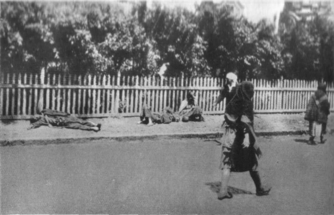 Трупи голодуючих лежать при дорозі, перехожі не звертають на них уваги
