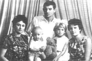 Валентина Попелюх, Дмитро, Василь, Тетяна і Марія Стуси. 1968 р. (http://www.angelfire.com/tn/tysovska/stusalbum.html)