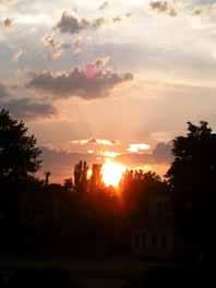 Сонце за обрій тихенько сідає