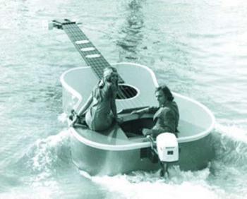 … (Луна човна-гітари) …