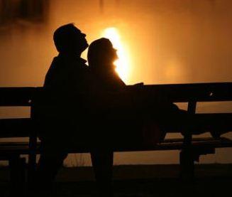 Закоханi у скверику сидять
