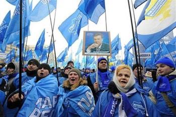 Сніжить зима, а люди на Майдані!