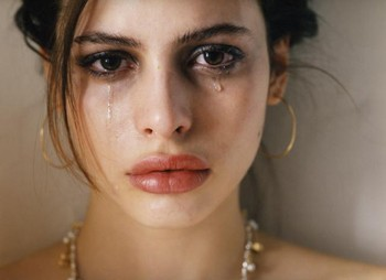 Ковтає сльози