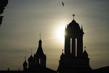 Ластівки над церквою Покрови