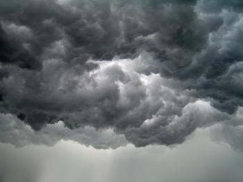 Небо насупилось брівками