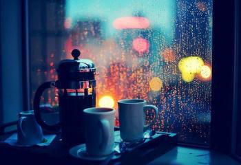 Росить сутінню дощ за вікном