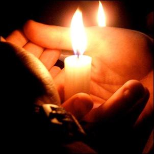 Віск зі свічки стікає сльозами