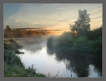 Світає над річкою